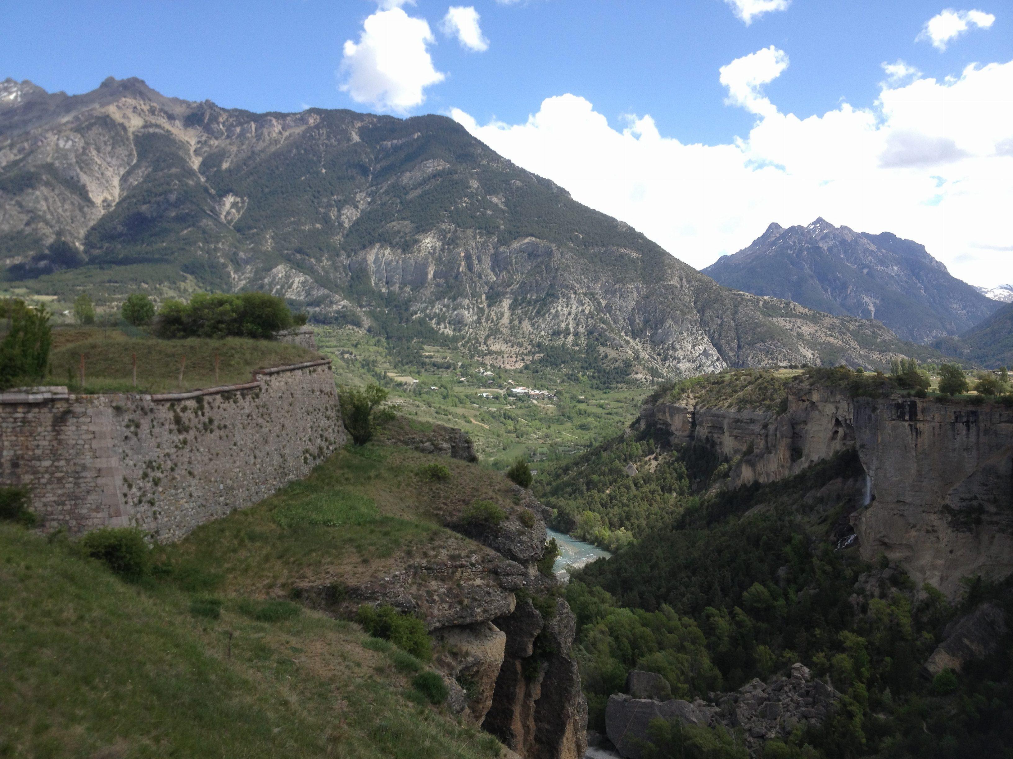 Vue sur la vallée du Guil et le village de la Font d'Eygliers