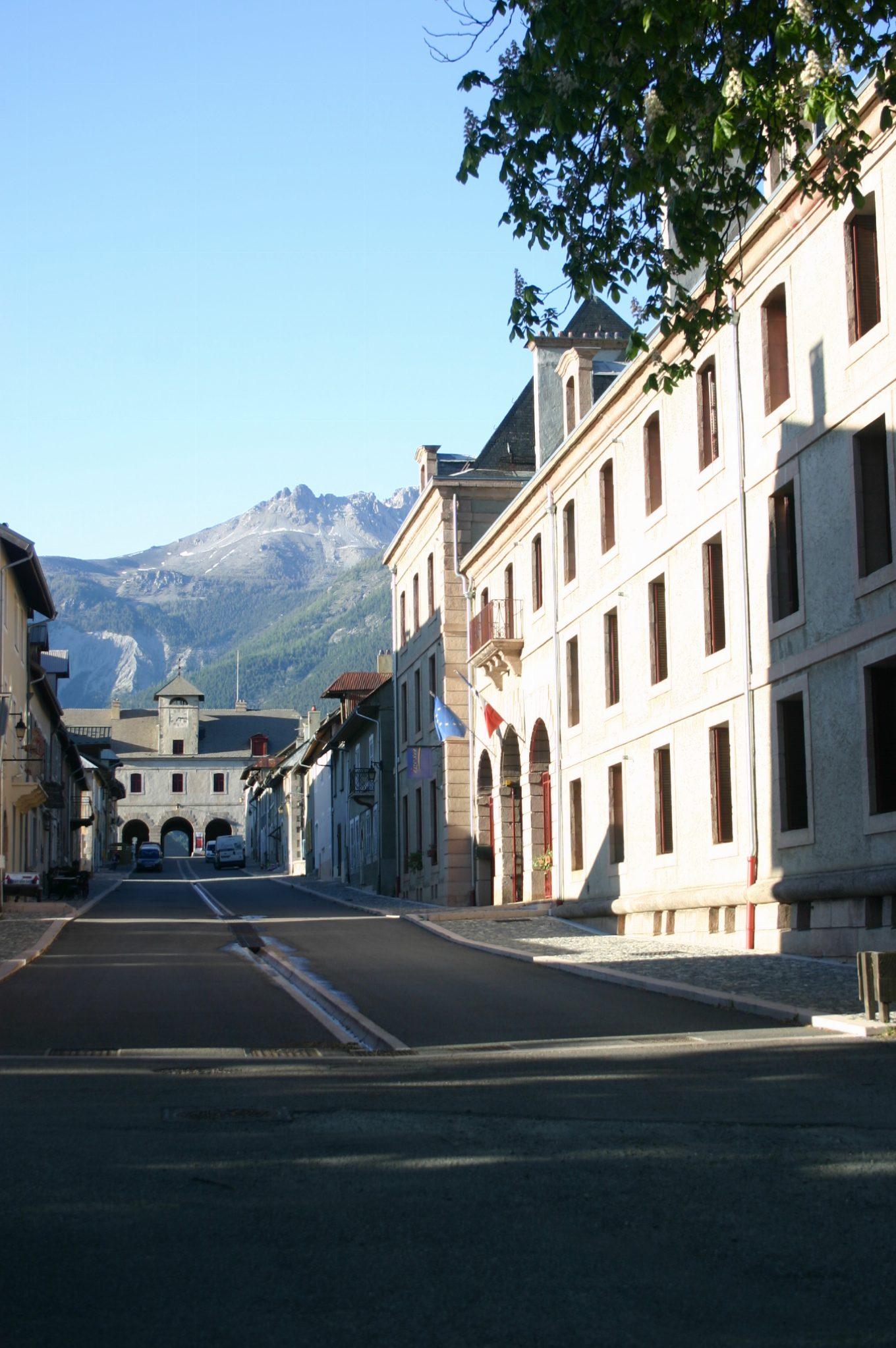La rue principale avec au bout le pavillon de l'horloge