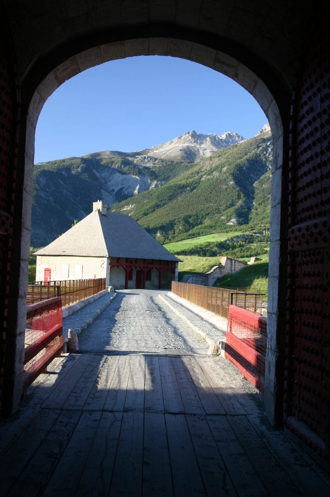 Vue à l'extérieur depuis le pavillon de l'horloge ou la porte de Briançon
