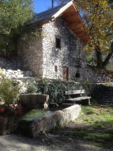 La fontaine du Loup devant l'ancien four à pain
