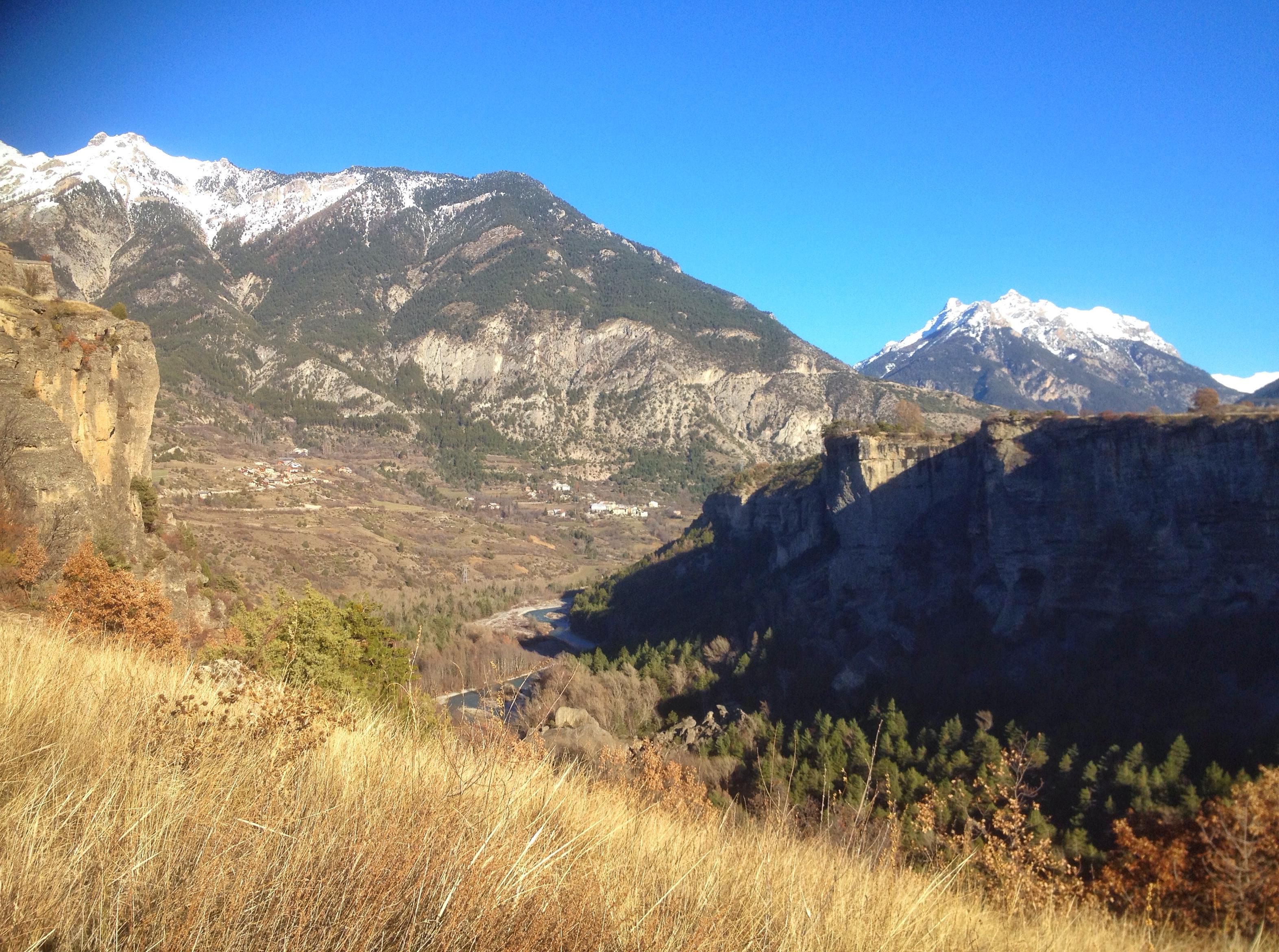 Vue sur la vallée du Guil, le Mont Catinat et le village de la Font d'Eygliers