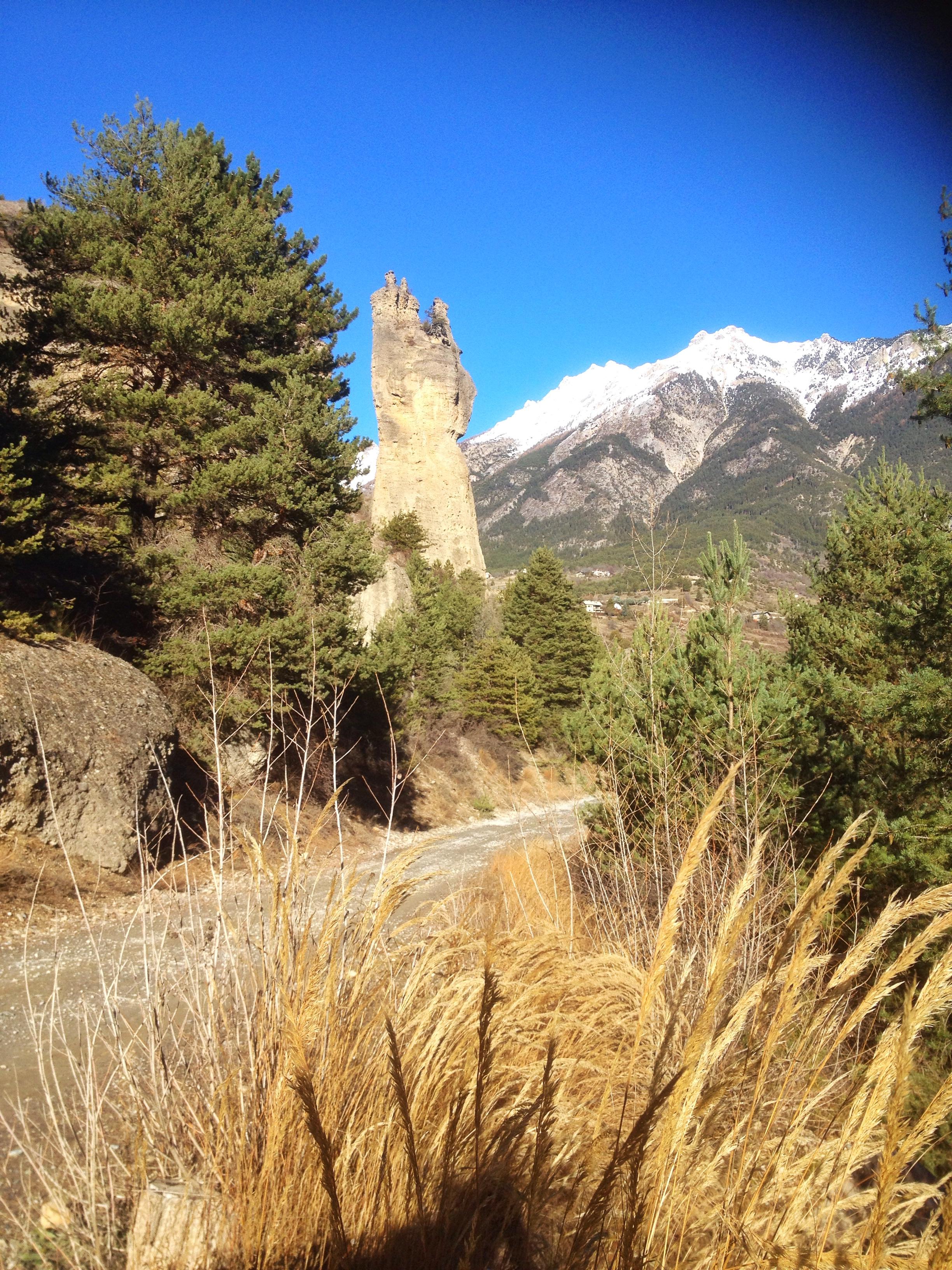 La main du Titan, sur le chemin forestier qui contourne Mont Dauphin