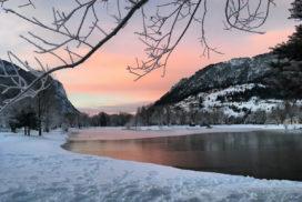 Le plan d'eau d'Eygliers au coucher de soleil en hiver